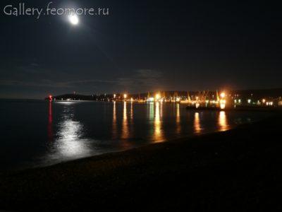 Вид на Феодосийский порт ночью. Лунная дорожка в Феодосии