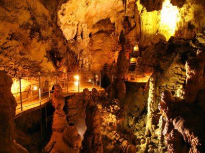 Мраморная пещера в Крыму на горном массиве